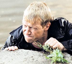 Герой Алексея КРАВЧЕНКО вынужден быть своим среди чужих