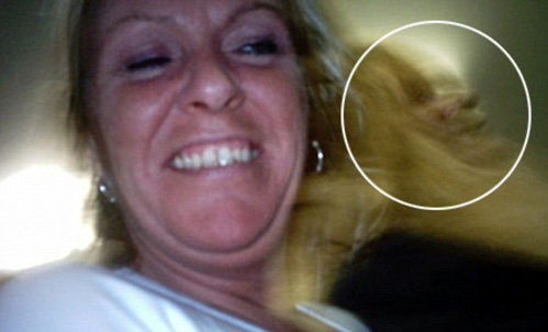 Женщина сделала резкое движение, и на секунду в её волосах появилась чья-то мордочка