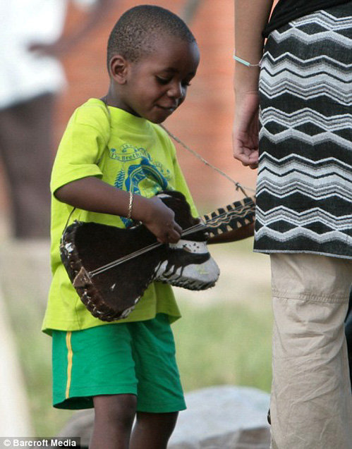 Дэвид с игрушечной гитарой