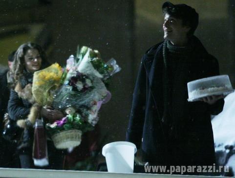 Свой 24-й день рождения Лиза провела вместе с Максимом: прихватив подаренные ей цветы, актриса доверила возлюбленному нести праздничный тортик.
