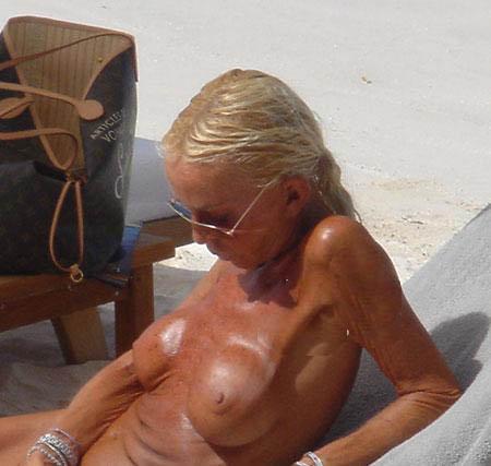 Силиконовая грудь звезды такого цвета, как и остальные участки ее тела - владелица модного дома просто обожает загорать топлесс. Фото: celebrity-gossip.net