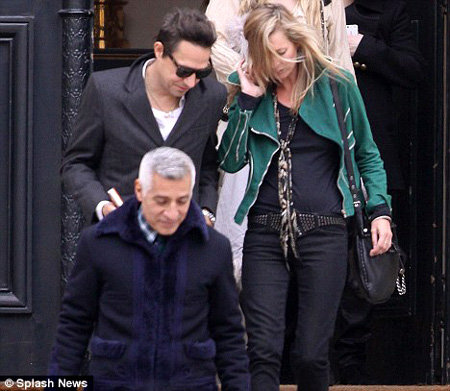 Кейт Мосс и её жених Джейми Хинс на показе Стеллы Маккартни - фото The Daily Mail