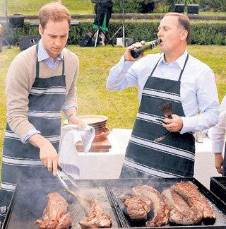 В гостях у премьер-министра Новой Зеландии Уильям следил за мясом, пока Джон КЕЙ утолял жажду местным пивом