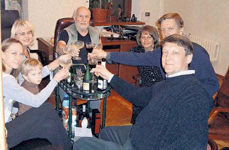 Ещё недавно в особняке собирались друзья гостеприимной супружеской четы (Александр - во главе стола, Ирина - справа от него)