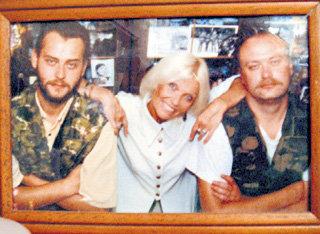 Мама всегда могла опереться на крепкие плечи сыновей - Олега (слева) и Лёши