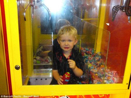 Испуганному малышу разрешили съесть леденец бесплатно