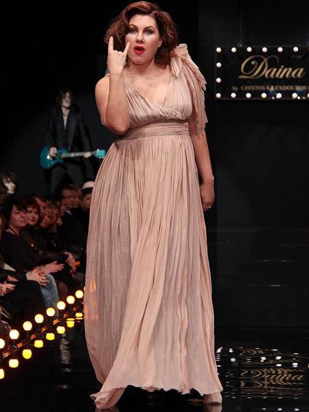На Российской неделе моды певица демонстрировала наряды для полных и выглядела отлично. Фото: intermoda.ru