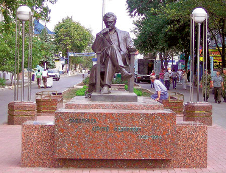 В июне 2007 года легендарному режиссёру открыли бронзовый памятник в Ейске