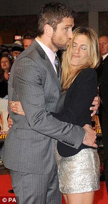На лондонскую премьеру фильма на той неделе Энистон оделась так же игриво - фото The Daily Mail
