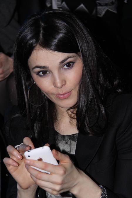 А на показ дизайнера Алены Ахмадулиной певица пришла с модным среди звезд Apple – iPhone.
