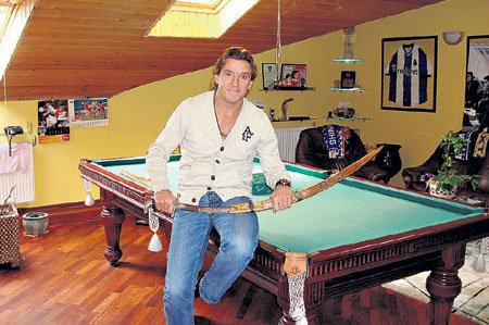 Поиграть в бильярд ЮРАН может прямо у себя дома (в руках у тренера - турецкий клинок, который ему подарили поклонники)