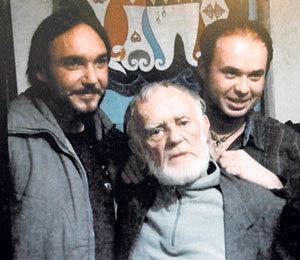 Пенсионер Эдуард РЯБОЧКИН (в центре) с членами съёмочной группы сериала