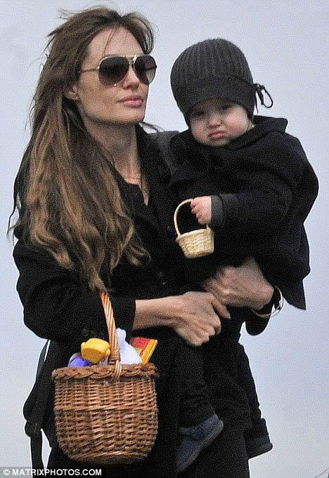 Энджи с детьми отправляется на пасхальный пикник. Фото: Daily Mail