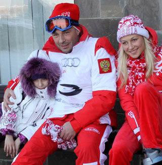 Александр ЖУЛИН с дочкой и подругой Натальей МИХАЙЛОВОЙ. Фото Бориса КУДРЯВОВА.