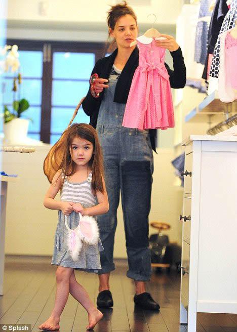 В магазине Кэти выпустила дочурку побегать босиком. Фото: Daily Mail