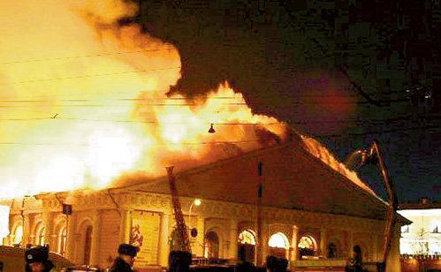 Столичный Манеж - по соседству с Кремлём - загорелся в день президентских выборов 2004 года