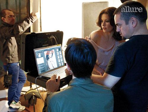 Сцена со съёмок - Кэтрин отсматривает сделанные снимки