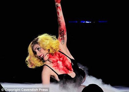 Леди GaGa на выступлении в Манчестере - фото Daily Mail