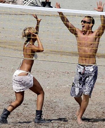 На пляже отеля Рианна с азартом играла в волейбол...