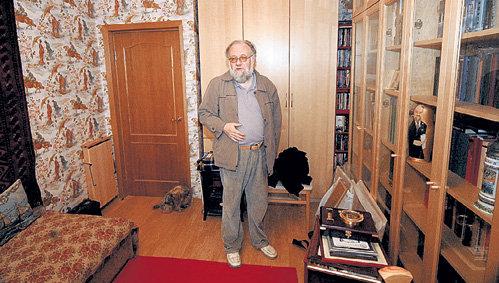 В московской квартире туркменский ковёр ручной работы соседствует с икеевской мебелью