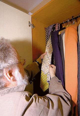 Каждую поездку за границу Владимир Евгеньевич заканчивает покупкой галстука со слонами. Исключением стали США - там символ республиканцев можно найти только в предвыборный период
