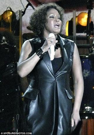 Артистка шокировала зрителей своим раздувшимся и потным телом - фото Daily Mail