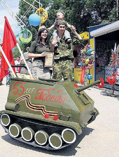 Победный танк семьи ЛЮБЧЕНКО сварен из капотов и крыш старых машин