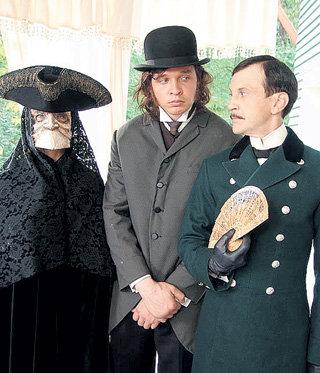 В детективе «Пелагия и белый бульдог» ГОЛУБЕВ (в центре) сыграл Тихона Спасённого