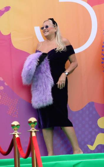 Татьяна Михалкова с накидкой из неизвестного лилового зверя