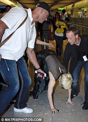 Барахтающейся на полу певице помогли подняться ее помощники