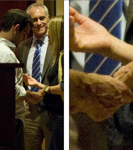 Выходя из ресторана, парочка держалась за руки. Фото: Daily Mail