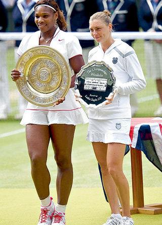 На финал Уимблдона против Серены УИЛЬЯМС (слева) ЗВОНАРЁВА вышла простуженной. Но сражалась до конца