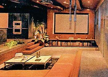 В гостиной царит огромный экран телевизора