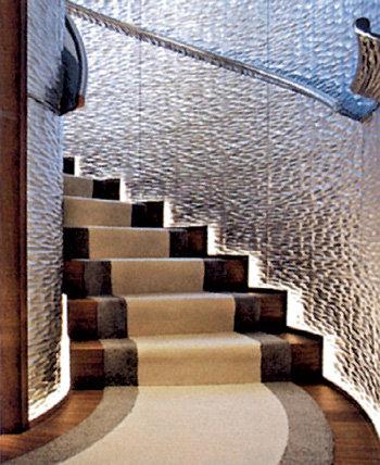 Стены у лестницы, ведущей в покои олигарха, все из серебра
