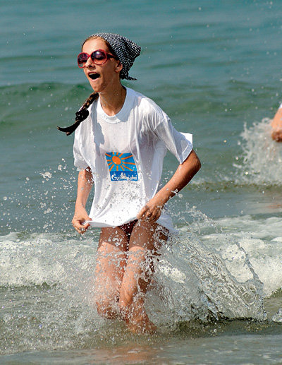 «Папина дочка» Лиза АРЗАМАСОВА, чтобы не обгореть, купалась в футболке