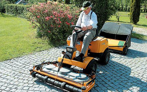 По словам ПАУЛСА, за рулем газонокосилки он чувствует себя столь же крутым, как за баранкой джипа «БМВ»