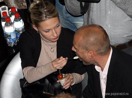 На вечеринке Наталья МИХАЙЛОВА трогательно кормила Александра Жулина с ложечки...