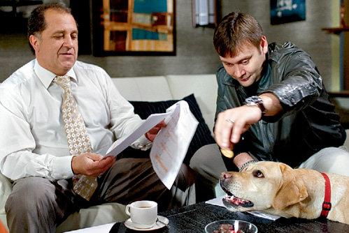 Пока Владимир СТЕРЖАКОВ (слева) повторяет текст, Сергей АРЛАНОВ развлекается с четвероногим другом Шаней