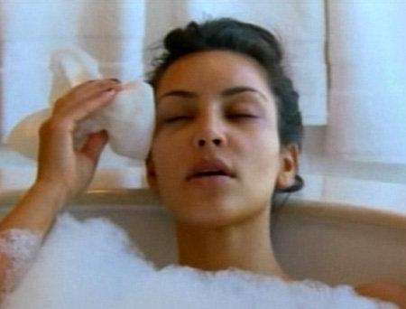 После экзекуции звезда долго отмокала в ванне и охала, как ей плохо