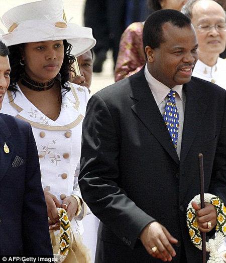 Король Мсвати III с изменившей ему молодой супругой