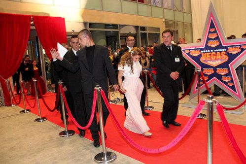 Жених и невеста на свадьбе ходили по отдельности и под присмотром целого взвода секьюрити. Под утро крепкие парни в костюмах вывели Юлю...