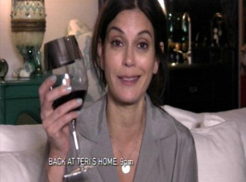 Вечером Хатчер расслабляется с бокалом вина