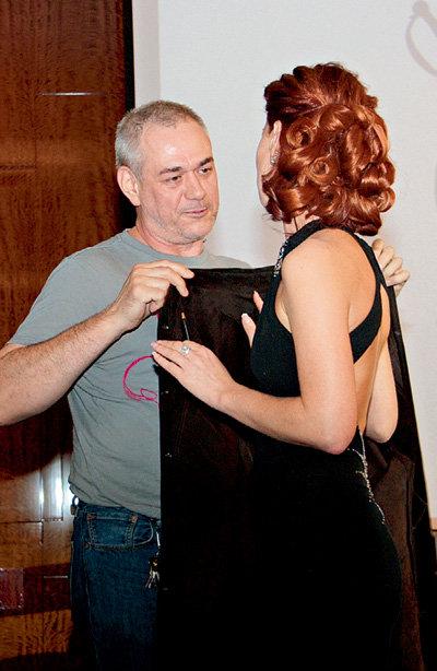 Сергей ДОРЕНКО попробовал укрыть плечи девушки своей старенькой курткой...