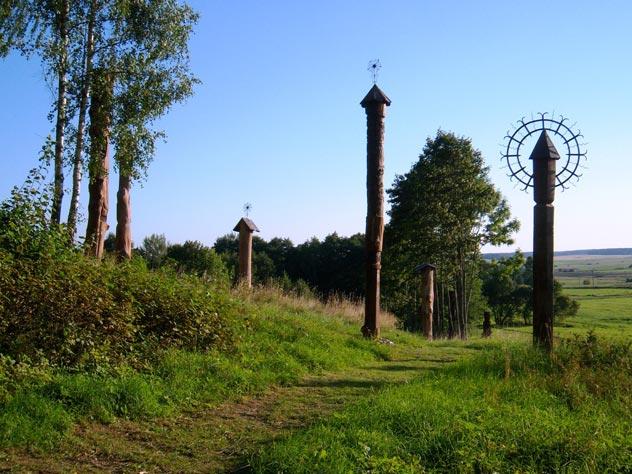 Деревянные скульптуры хранят память о безвинно убитых жителях деревни. wikimedia.org