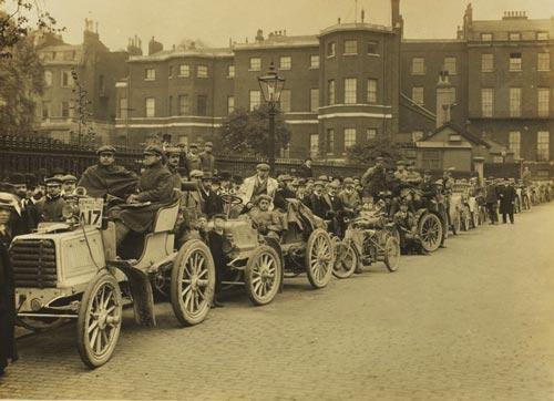 Автомобили и их экипажи перед стартом гонки на тысячу миль, 1900 год