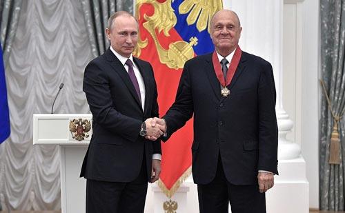 Владимир Меньшов получает орден «За заслуги перед Отечеством» II степени из рук Владимира Путина. Май 2017 года Источник: wikipedia.org