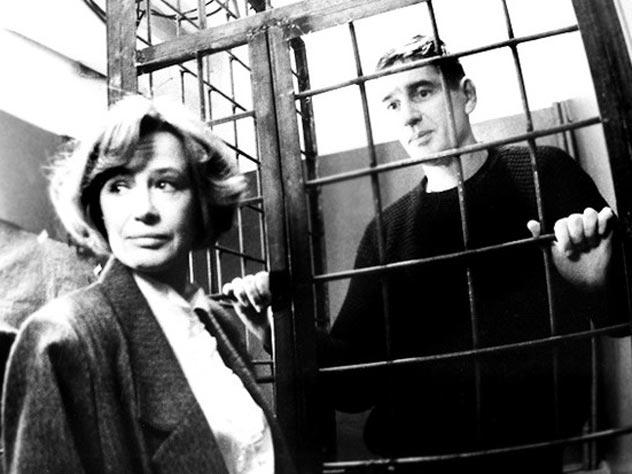 В «Тюремном романсе» Марина Неелова сыграла следователя, Александр Абдулов – уголовника. Кадр из фильма