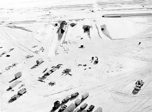 2 Видимая с воздуха часть проекта «Ледяной червь», американский лагерь Camp Century, 60 годы, Гренландия. Фото: wikipedia.org