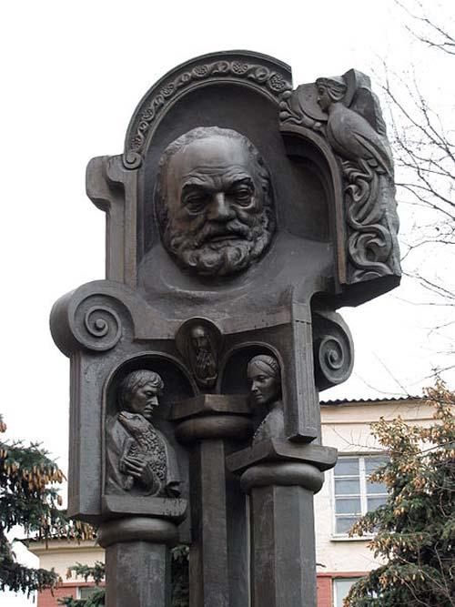 Памятник Сергею Параджанову в Киеве. wikimedia