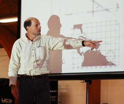 Стивен Каллахэн на лекции в North Yarmouth Academy показывает схему своего знаменитого дрейфа, 2016 год. Wikipedia